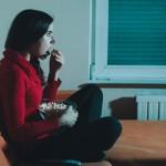Gevoelens van eenzaamheid & depressie gekoppeld aan binge-watching