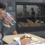 Een glas water voor elke maaltijd kan helpen bij het verliezen van gewicht
